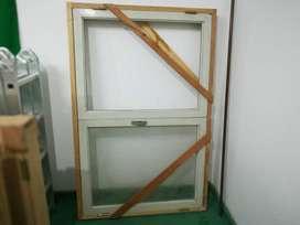 Ventanal usado de dos hojas, una con el vidrio. Medidas:  157 x 102 cm