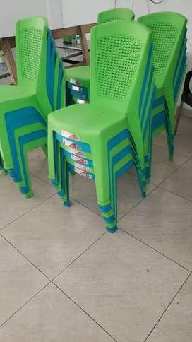 Vendo 24 sillas y 4 mesas en aluminio