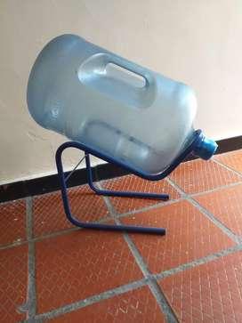 Botellón de agua con la base