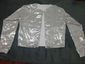 Hermosa chaqueta de lentejuelas plateada talla M totalmente nueva la. Compré por capricho hace un mes y nunca la usé
