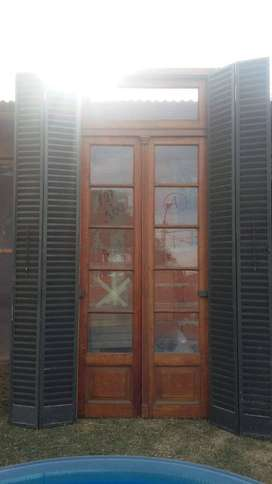 Puertas antiguas de madera con marco y postigo