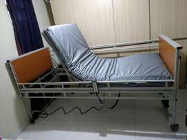 Cama hospitalaria eléctrica de 5 funciones y colchón antiescaras - solo 4 semanas de uso y en excelente estado