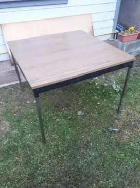 Mesa cuadrada de madera y caño