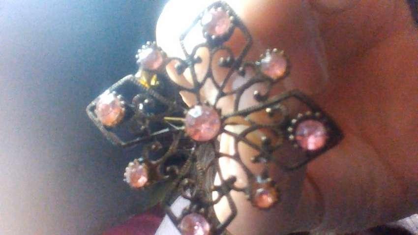 Broche con piedras rosa 0