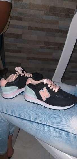 Se venden zapatos de niña