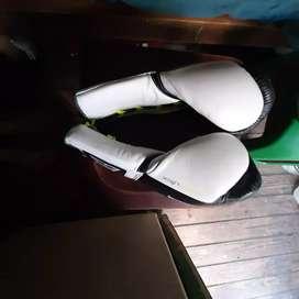 Vendo guantes de boxeo.everlast power lock de 12 onzas nuevos sin uso