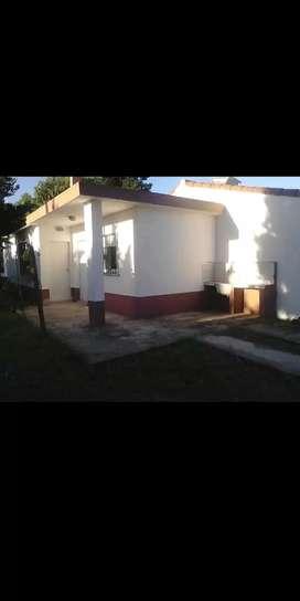 Casa de alquiler, Mar del Tuyú. Cocina comedor, bañó, dormitorio,entrada de auto.Se aplican protocolo sanitario.