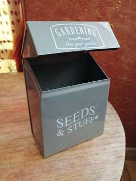 Cajita para semillas e implementos de jardín interior