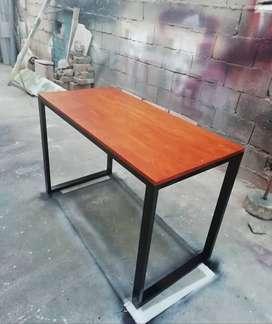 Mesa escritorio de acero y madera