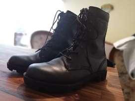 Se vende bota militar en cuero talla 36