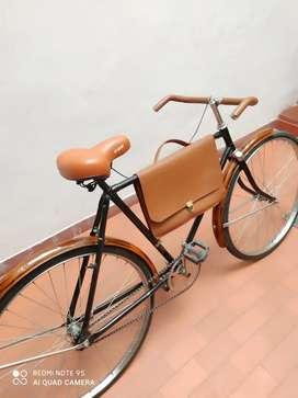 Bicicleta clásica turismera con portafolio en cuero