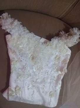 Vestido de novia color perla, con tocado para la cabeza