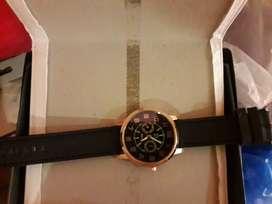 Se vende  relojde vende hermoso reloj para lucir  este verano