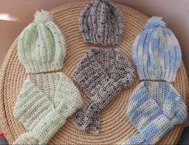 Gorro con bufanda para bebé tejido a crochet