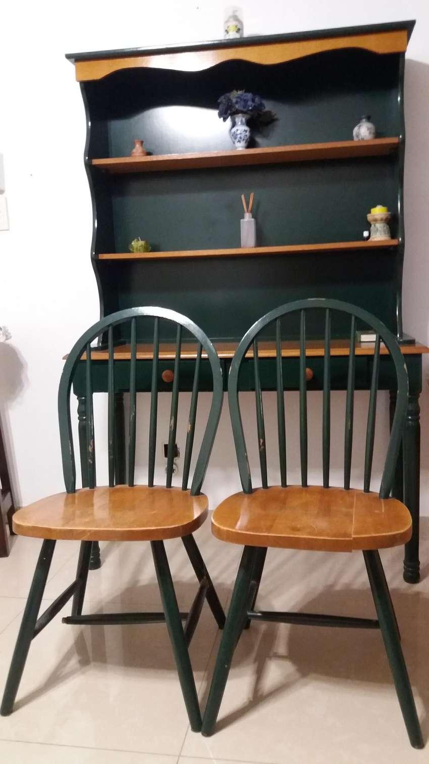 Aparador con 2 sillas 0