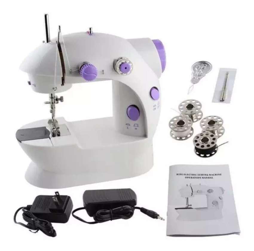 Maravillosa mini maquina de coser. 0