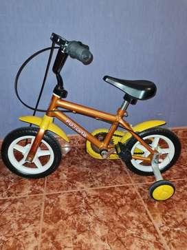 Bicicleta de niño con rueditas