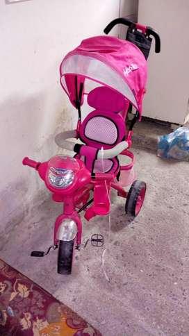 Triciclo paseador de niña