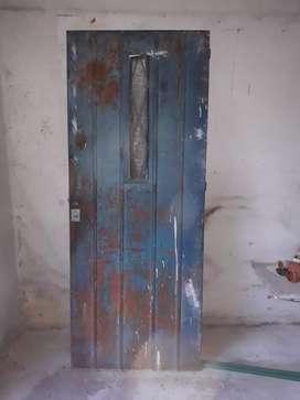 Liquido Puerta y dos ventanales de hierro.