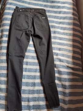 "Pantalon negro re canchero de jeans marca ""saltan pepa"""