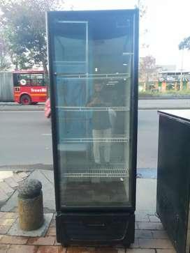 Nevera de Refrigeración Vertical Moderna