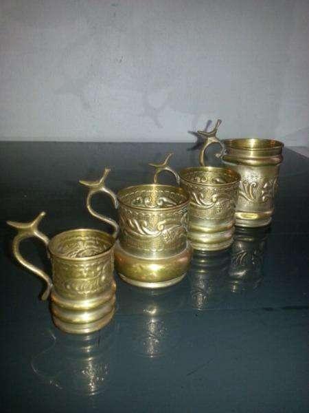 Antiguas tazas jarros en bronce 0