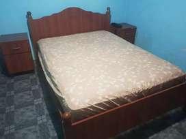 Cama de dos plaza con colchón y dos mesitas