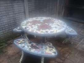 Mesa y 3 bancos de jardín