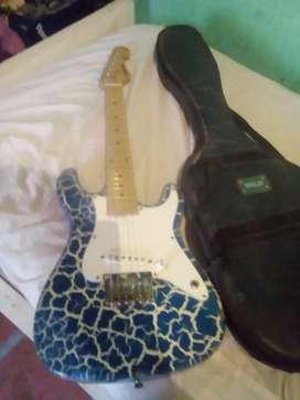 Vendo guitarra electrica le falta 2 cuerdas y está un poquito cachada