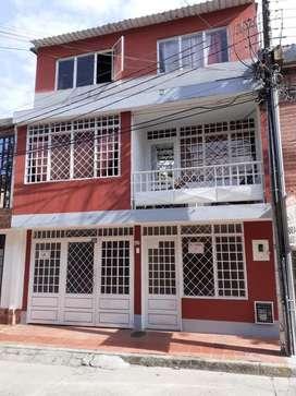 Casa de 3 Niveles Urb. sobre Av Ambalá