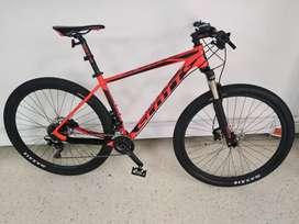 Vendo económica bicicleta Scott Scale 970 roja  por motivo de viaje, documentos y factura al día, estado 9 de 10