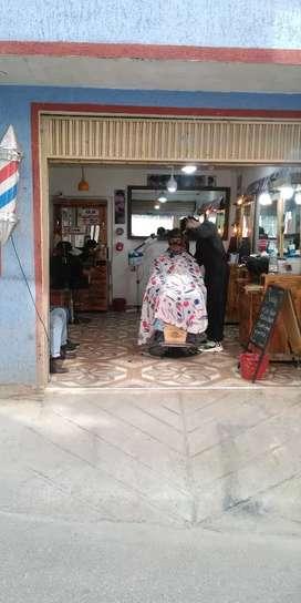 Nesesito barbero  con carácter urgente