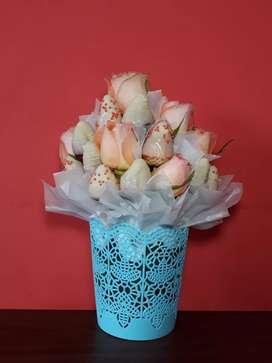 En venta hermoso arreglo frutal de fresas, acompañado de rosas .