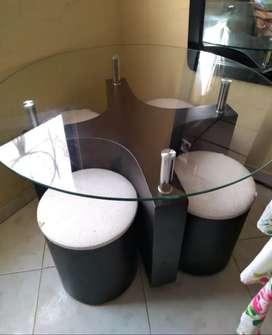 Mesa comedor redonda  4 puestos  tipo puf.