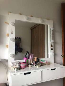 Cómoda con tocador espejo con iluminación y silla
