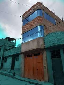 Casa de 4 pisos en venta, a una cuadra del grifo Killa y vía los libertadores.