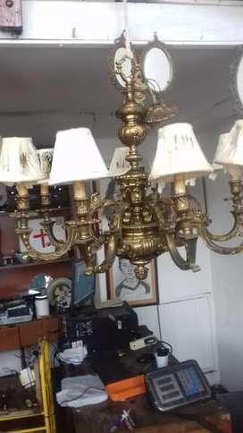 Se vende lampara en bronce antigua de 8 bombillos