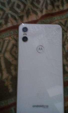 Motorola one pantalla hd 64 G. de almacenamiento interno buen procesador snap dragon 636!  Doble camara trasera ,