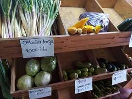 Se venden cajoneras de madera o están de madera para frutas