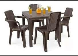 Juego plástico mesa y 4 sillas (con brazos) textura Rattan