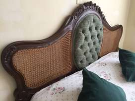 Juego de alcoba estilo Luis XV madera cedro (cama, cómoda, mesas de noche, tocador con silla y espejo)