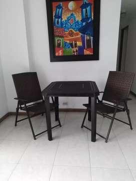 Mesa y sillas para exterior o interior