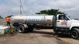 Tanquero de agua potable.