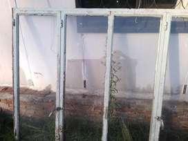 Ventanal de hierro con vidrios todos sanos