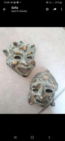 Vendo mascaras de la comedia y la tragedia, traídas de Grecia.