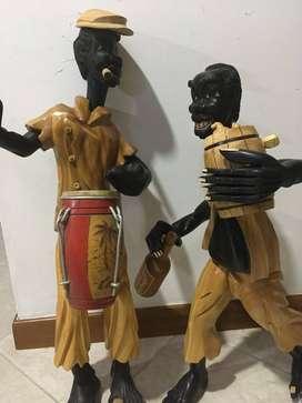 Escultura hombres cubanos en madera