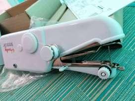 Maquina de coser de mano trabaja con pilas . portatil . de viaje.
