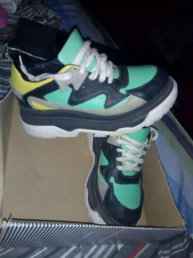 Vendo zapatillas originales nuevas está talle 38 0