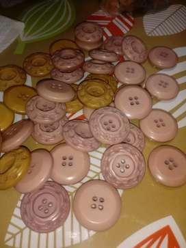 Lote de botones antiguos y coloridos y algunas hebillas