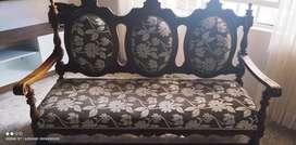 Muebles coloniales tallados en cedro.